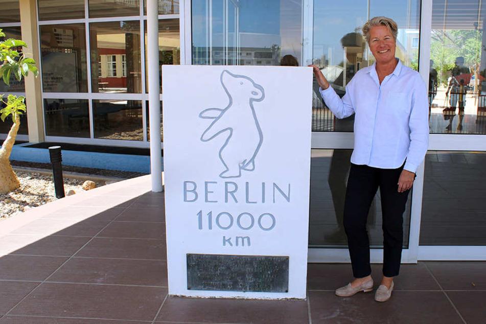 Die Schulleiterin der deutschen Schule in Windhuk, Kristin Eichholz, am Eingang der Privatschule.