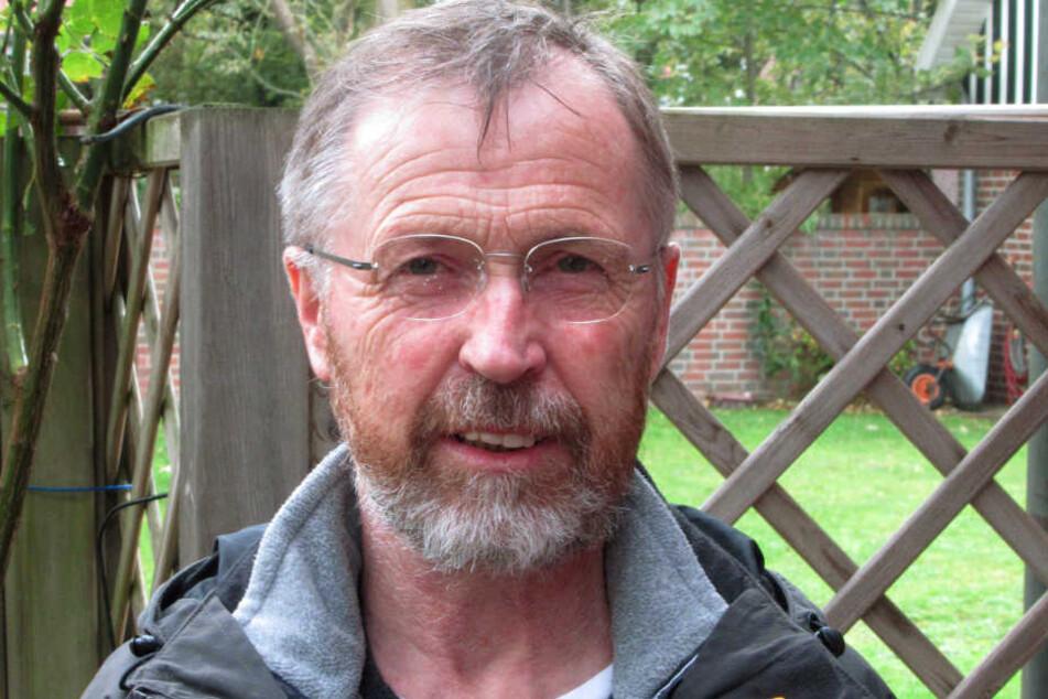 Langeoogs Bürgermeister Uwe Garrels (parteilos) lächelt bei einem Fototermin.