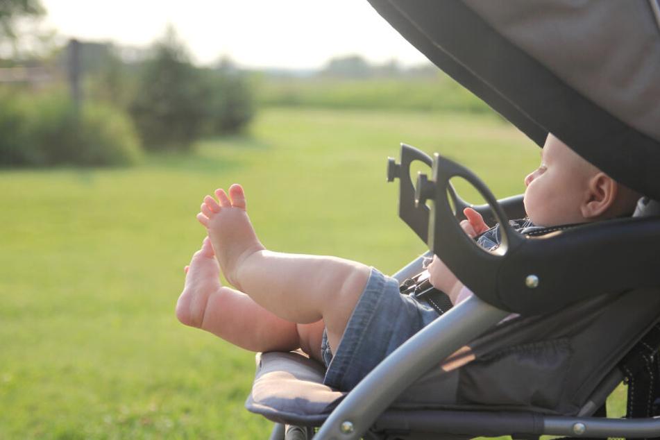 Auf Babys sollte bei Hitze ganz genau geachtet werden. Sonnencreme, Hut und Sonnenbrille sind sehr ratsam.