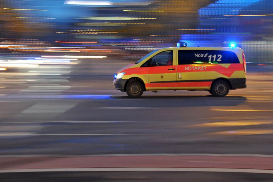 Motorrad knallt gegen Notarztwagen: Fahrer schwer verletzt