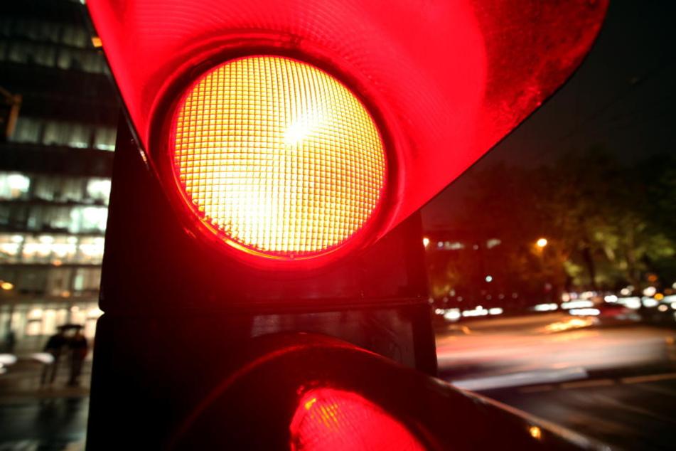 """Laut Polizei war die 21-Jährige bei """"Rot"""" über die Straße gelaufen. (Symbolbild)"""