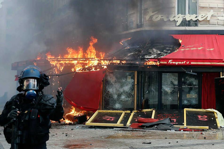 """Das berühmte Restaurant Fouquet's auf der Champs Elysees brennt nach Auseinandersetzungen während eines """"Gelbwesten""""-Protests."""
