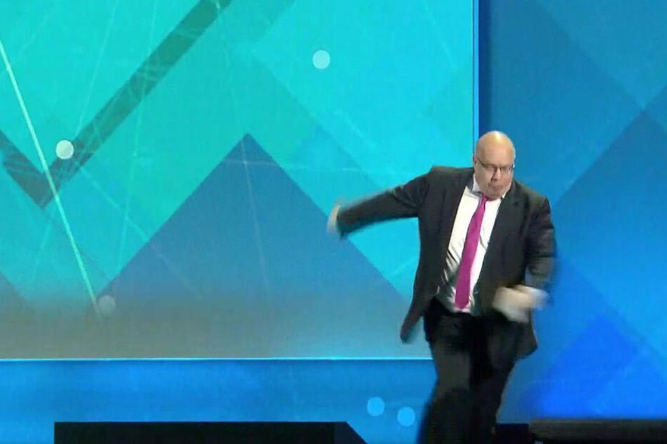 Der Moment des Sturzes. Peter Altmaier (61, CDU) kippt anschließend von der Bühne.