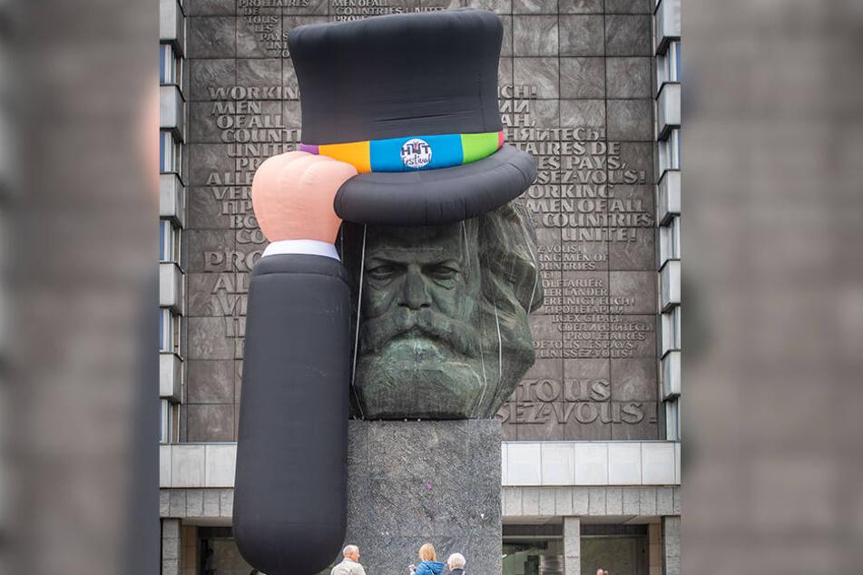 Gut behütet: Das Marx-Monument in der Brückenstraße warb wieder mit einem Riesen-Zylinder für das Fest.