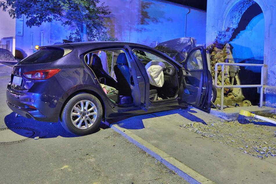 Der 57-Jährige kam mit seinem Mazda von der Fahrbahn ab und fuhr gegen die Wand eines leerstehenden Wohnhauses.
