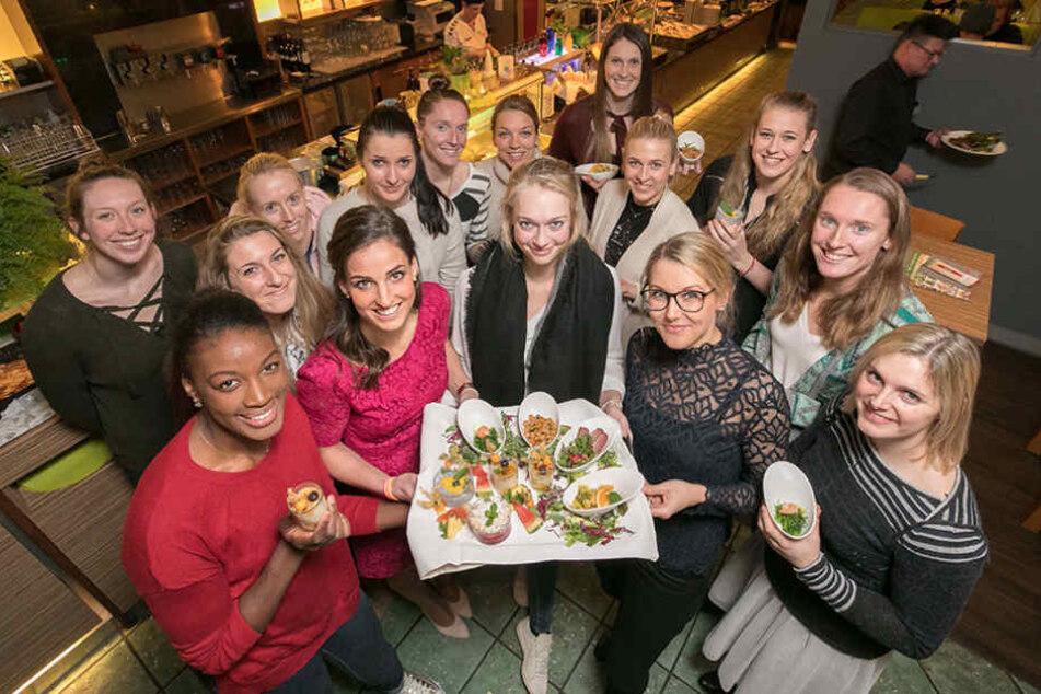 """Die DSC-Volleyballerinnen probieren die neue """"gesund""""-Linie im Restaurant  """"x-fresh"""" aus."""