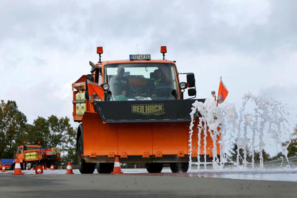 Nicht nur Feuerwehrleute, auch Winterdienstfahrer trainieren regelmäßig auf dem Sachsenring.