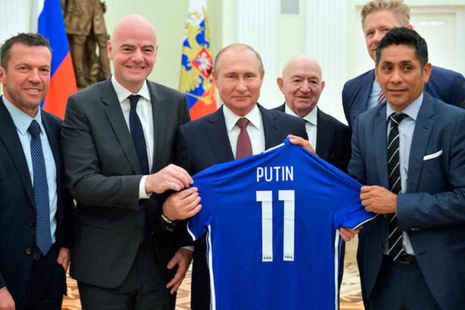 Nur FIFA-Boss Gianni Infantino (48) trennt Lothar Matthäus (57, li.) von Russlands Präsident Wladimir Putin (65).