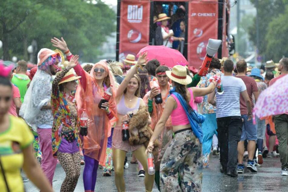 Besucher des Schlagermoves tanzen im Regen.