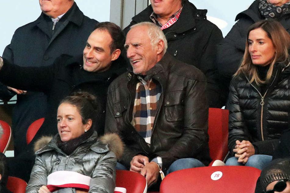 Da kommt Freude auf: Red-Bull-Chef  Dietrich Mateschitz (Mitte) neben Vereinschef Oliver Mintzlaff.
