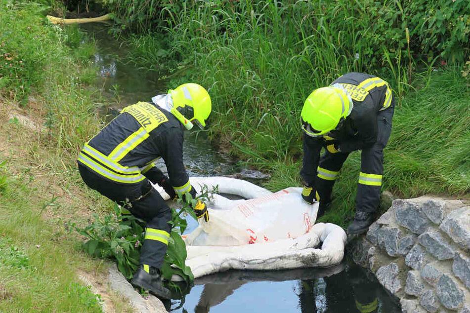 Kameraden der Feuerwehr errichteten eine Sperre im Kanal.
