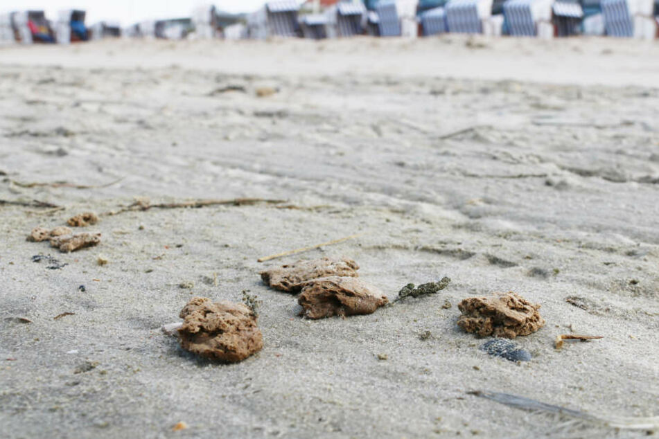 Klumpen einer bislang unbekannten Materials liegen am Strand von Norderney.