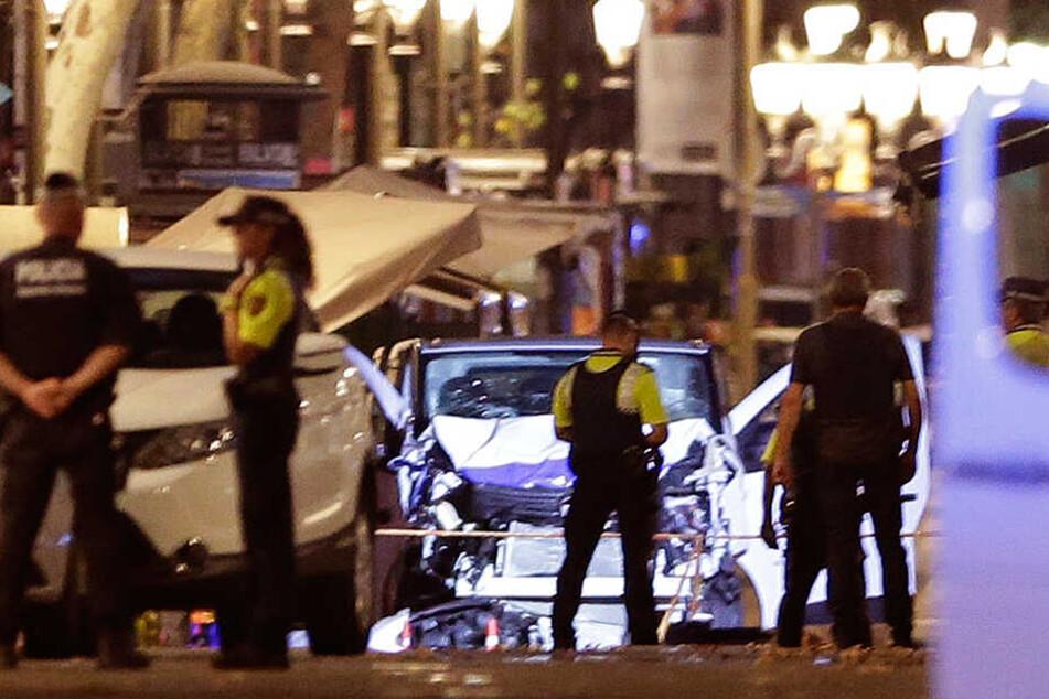 Polizeikräfte stehen vor dem weißen Lieferwagen, der am 17.08.2017 auf dem Las-Ramblas-Boulevard in Barcelona (Spanien) in eine Menschenmenge gerast war.