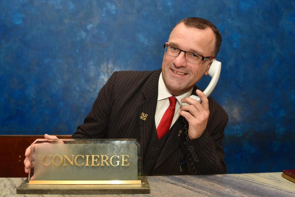 """""""Grandhotel Taschenberg, Sie wünschen...?"""" Chef-Concierge Roland Würzbach (49) mit seinem wichtigsten Handwerkszeug, dem Telefon."""