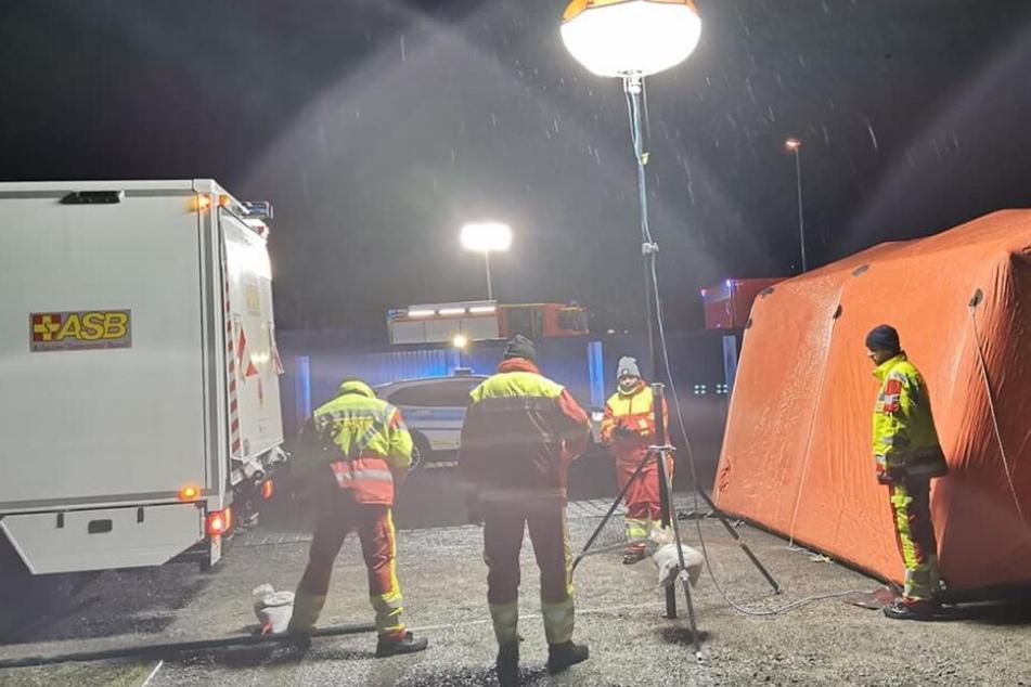 Die Rettungskräfte sind seit den späten Abendstunden des Montags im Einsatz.
