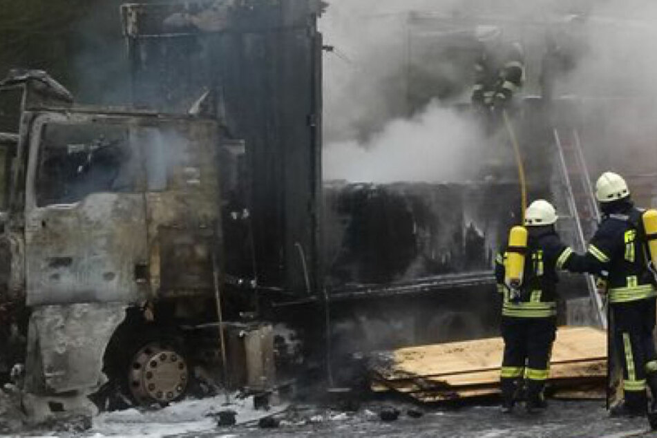 Zerstört von den Flammen: Der Sattelzug mit Sperrholz an Bord brannte komplett ab.
