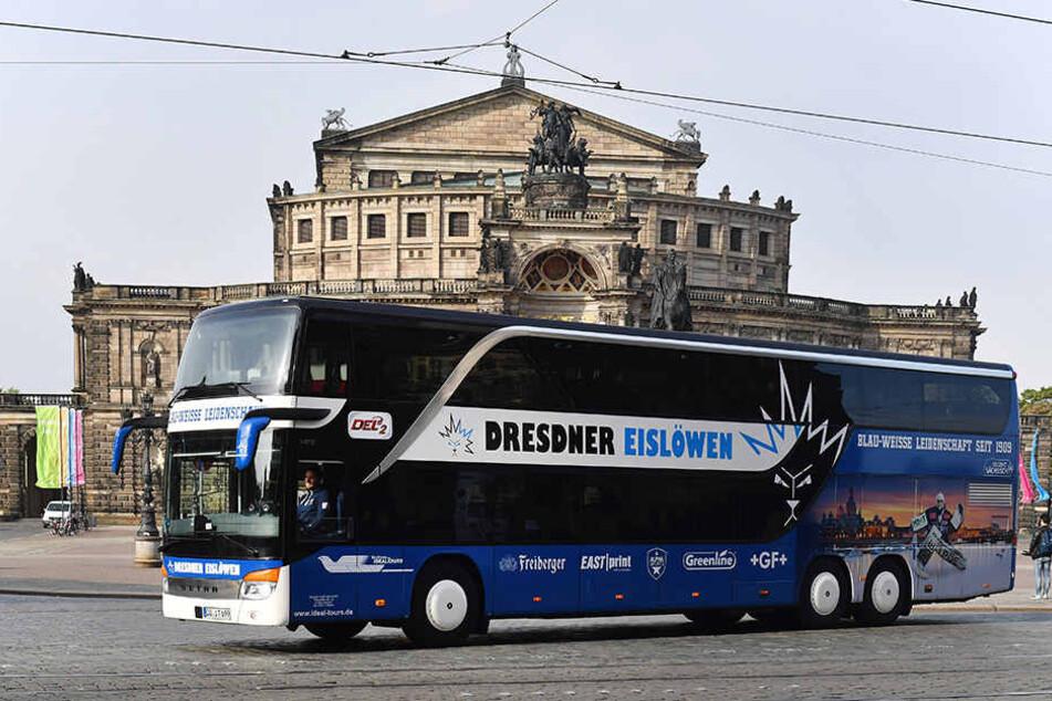 Ein echter Hingucker ist der nigelnagelneue Bus der Eislöwen. Wenn der Zweitligist jetzt  unterwegs ist, macht er Werbung für die Stadt.