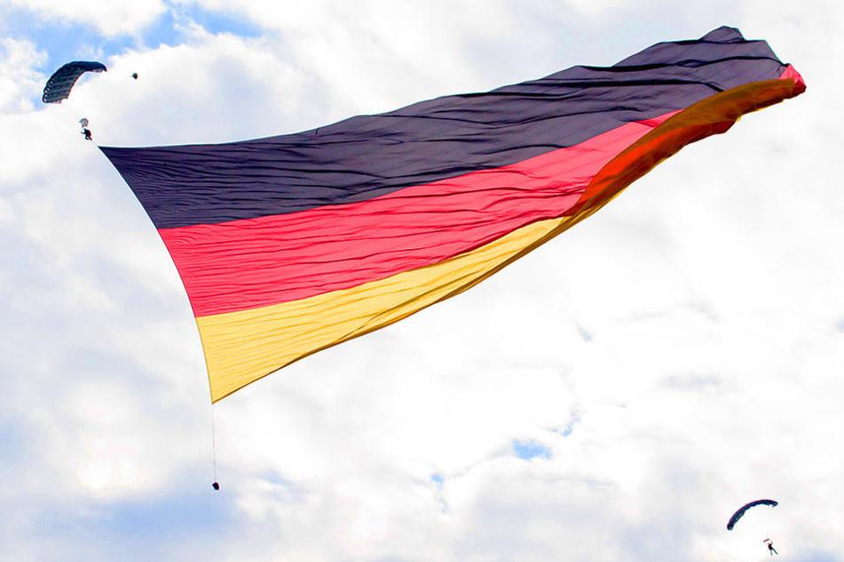Diese Flagge ist 2698 Quadratmeter groß - so groß wie ein halbes Fußballfeld!