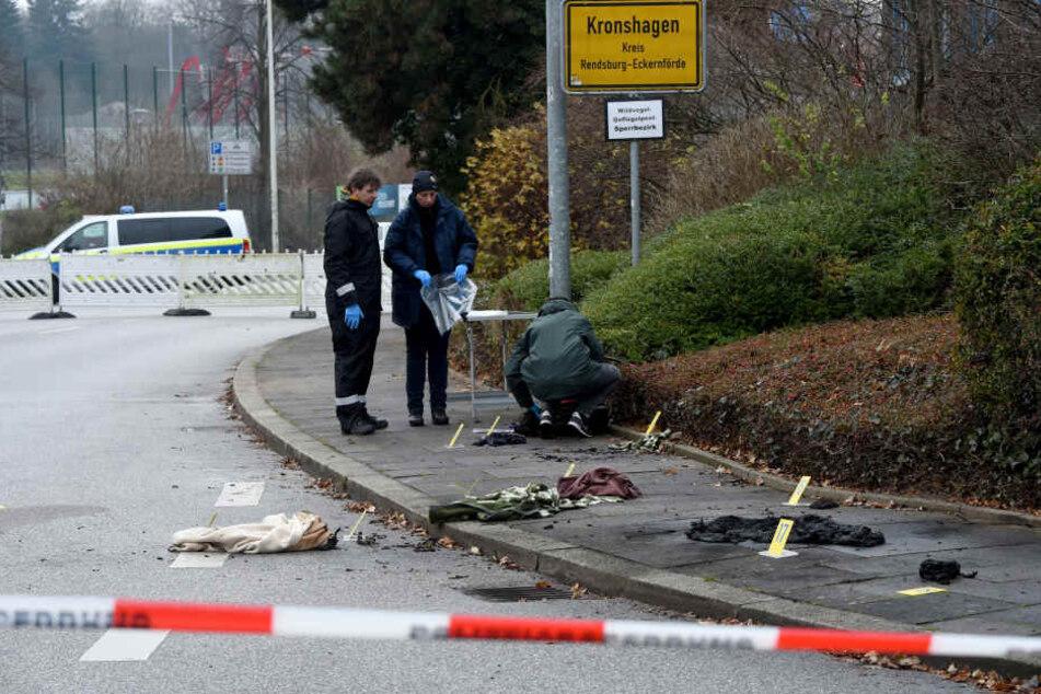 Eine Frau ist auf einem Gehweg vor einer Klinik in Kronshagen bei Kiel angezündet worden.