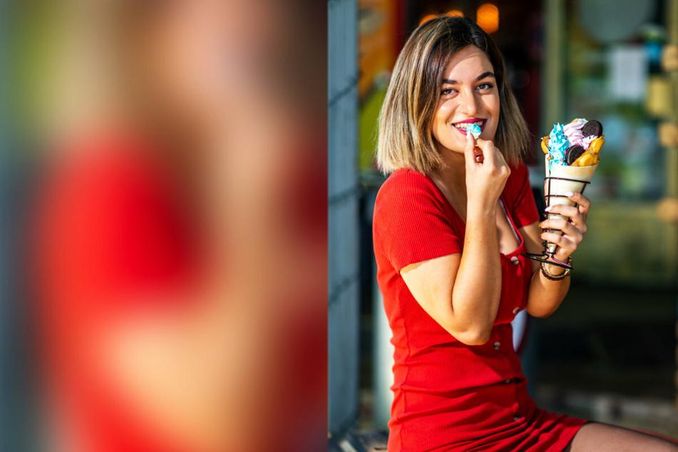 """""""Superheldenburger""""-Mitarbeiterin Sara (22) gönnt sich eine Tüte """"Rolly-Bubble-Eis""""."""