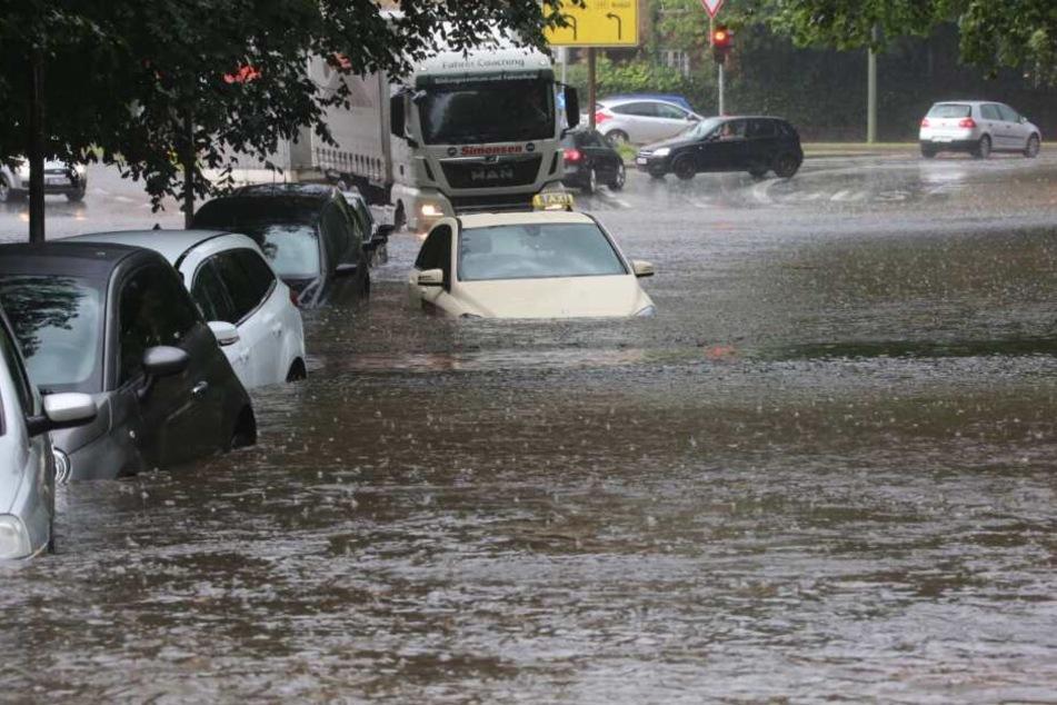 Autos versinken in den Fluten.