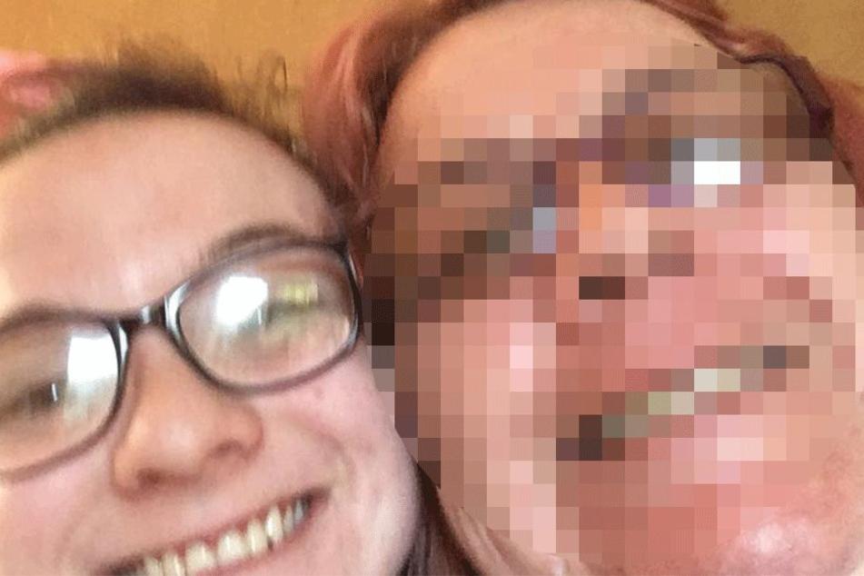 Rebecca Ryan auf einem Facebook-Selfie mit ihrer Mutter Lynne (†49).