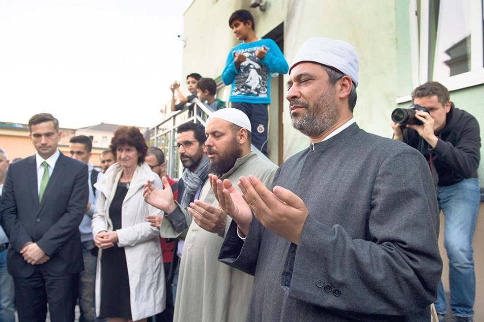 Am Tag nach dem Anschlag beteten Muslime und Politiker gemeinsam auf einer Mahnwache vor der Moschee.