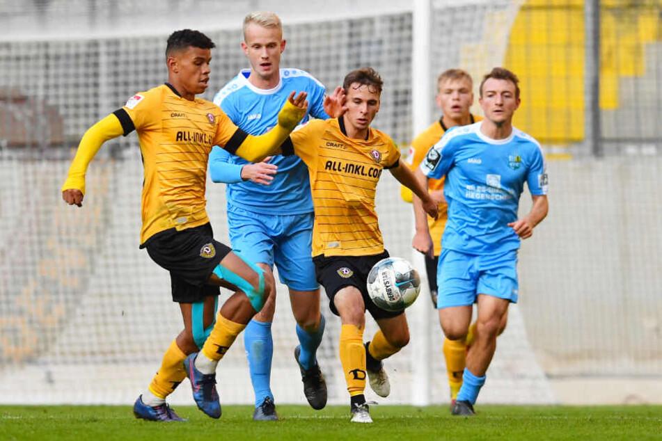 Junioren-Ball gegen Chemnitz: Ransford Königsdörffer (l.) und Christoph Schurz (v.) decken den Ball vor CFC-Kicker Jan-Pelle Hoppe ab.