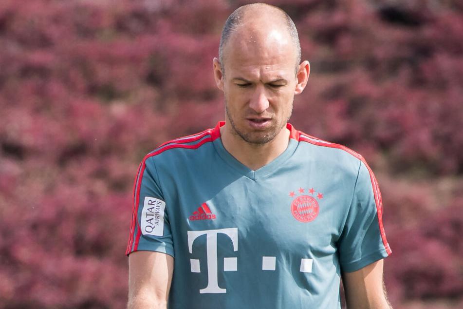Arjen Robben vom FC Bayern München läuft nach der Übungseinheit am Vormittag über den Platz, zum Einsatz wird er mit seiner Verletzung in nächster Zeit nicht kommen. (Archivbild)