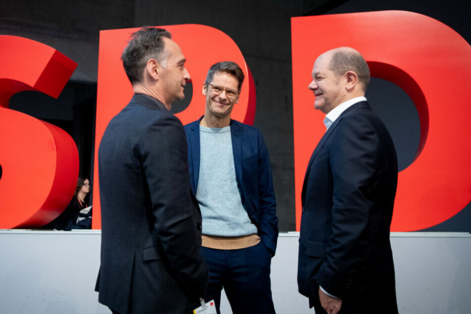 Heiko Maas steht beim SPD-Bundesparteitag nach dem ersten Wahlgang für weitere Mitglieder des Vorstands mit Stefan Rülke Olaf Scholz zusammen.