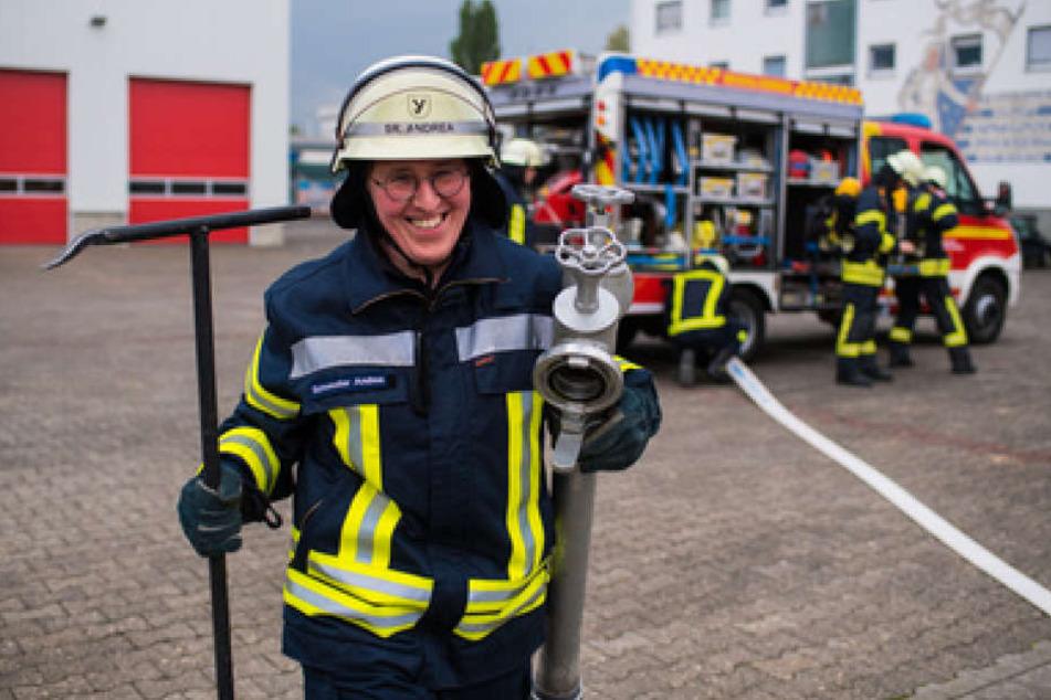 Wenn nicht gerade einen Beerdigung ansteht, springt Schwester Andrea bei Einsätzen sofort in ihr Feuerwehr-Outfit.