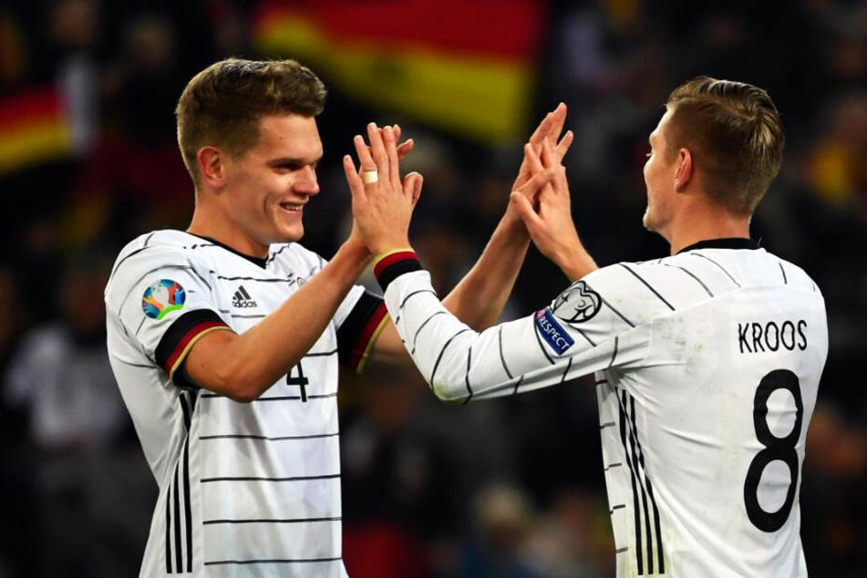 Deutschlands beste Spieler an diesem Abend: Toni Kroos klatscht sich nach seinem Treffer zum 3:0 für Deutschland mit Vorlagengeber Matthias Ginter (l.) ab.
