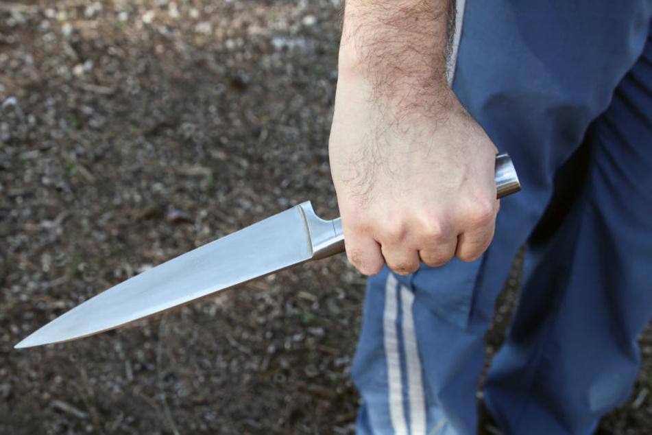 Mit einem langen Küchenmesser kam der Mann wieder zurück in den Imbiss. (Symbolbild)