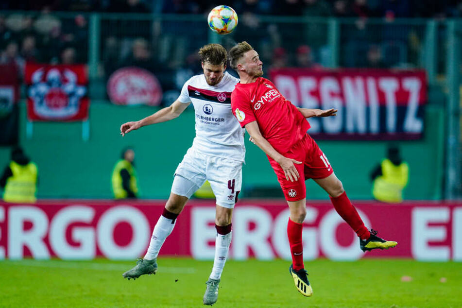 Nürnbergs Asger Sörensen (l.) und Kaiserslauterns Lucas Röser kämpfen um den Ball.
