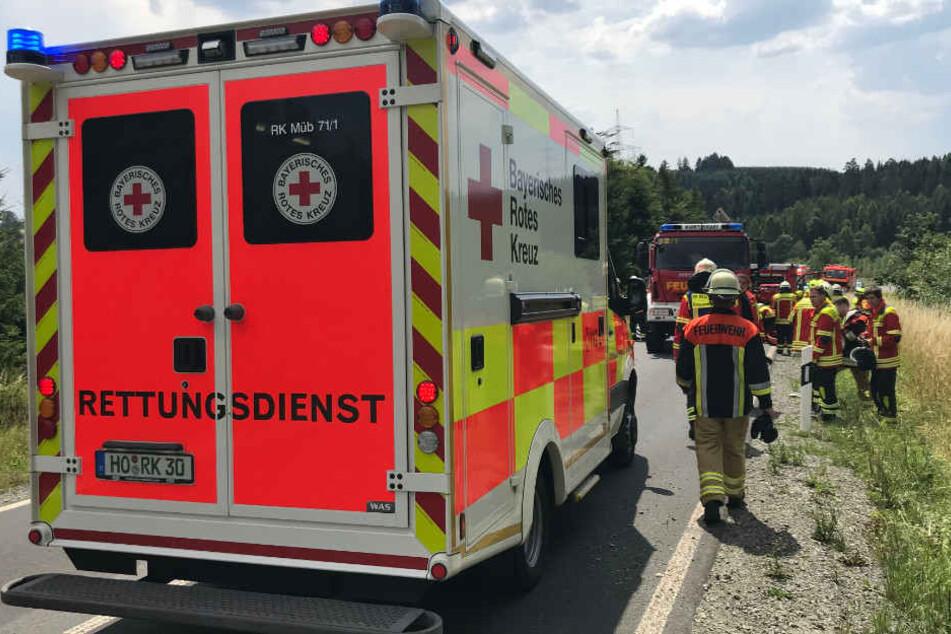 Die Rettungskräfte mussten zwei Männer nach dem Unfall versorgen.