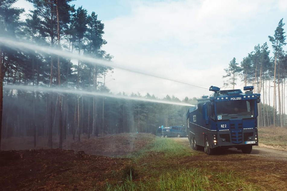 Ein Wasserwerfer der Bundespolizei ist beim Löscheinsatz beim Waldbrand auf dem ehemaligen Truppenübungsplatz im Einsatz.
