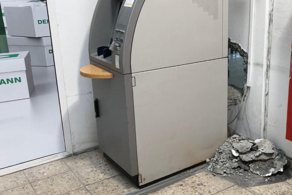 Als Räuber einen Geldautomaten sprengen, regnet es plötzlich 50-Euro-Scheine