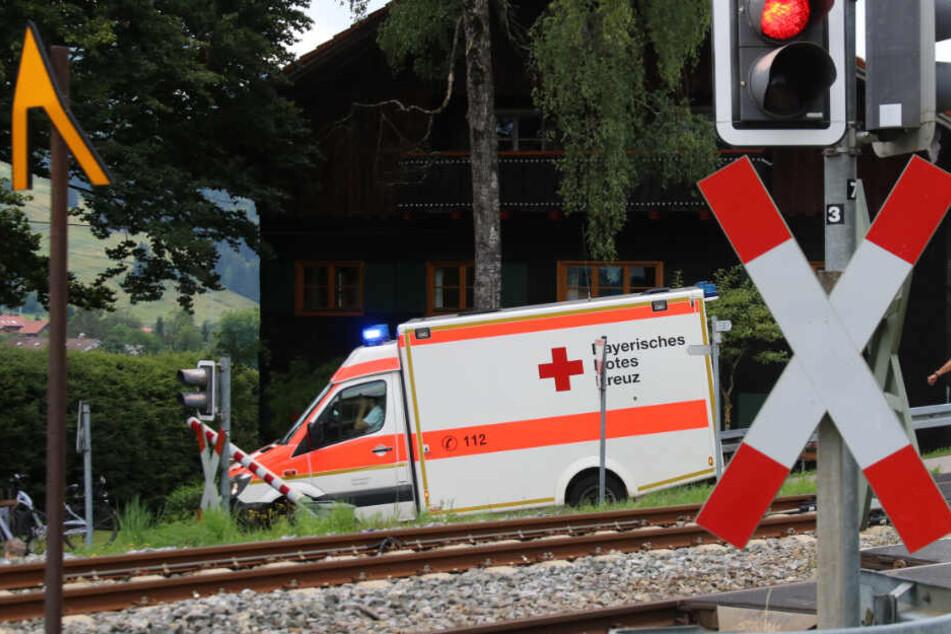 Todes-Drama an Bahnübergang: Mann ignoriert Schranke und wird von Zug erfasst