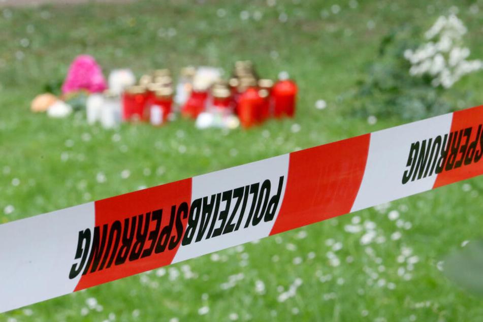 In der Nähe der tödlichen Messerattacke auf eine 15-Jährige sind von Bürgern Trauerkerzen und Blumen niedergelegt worden.