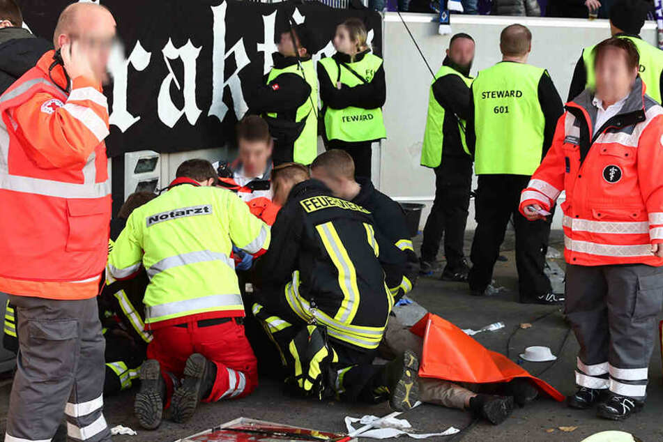 Der abgestürzte HSV-Fan wurde umgehend medizinisch versorgt.