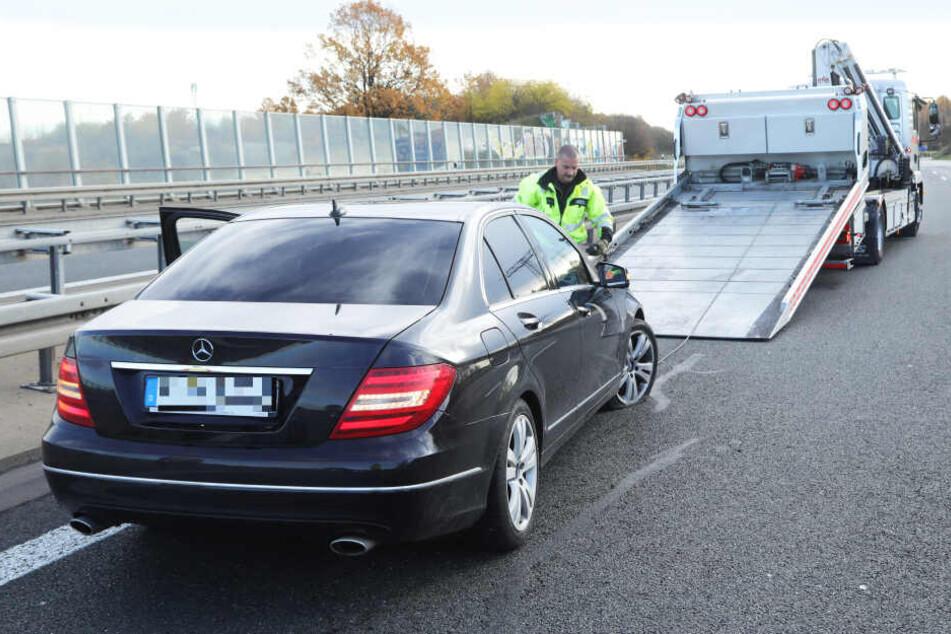 Das beschädigte Polizeiauto musste abgeschleppt werden. Der Mercedes Benz hatte mindestens einen Platten.
