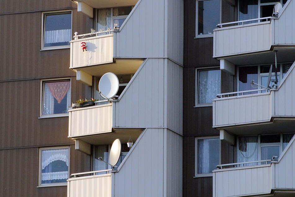 Ein 25-jähriger ist beim Wettspucken vom Balkon gestürzt.