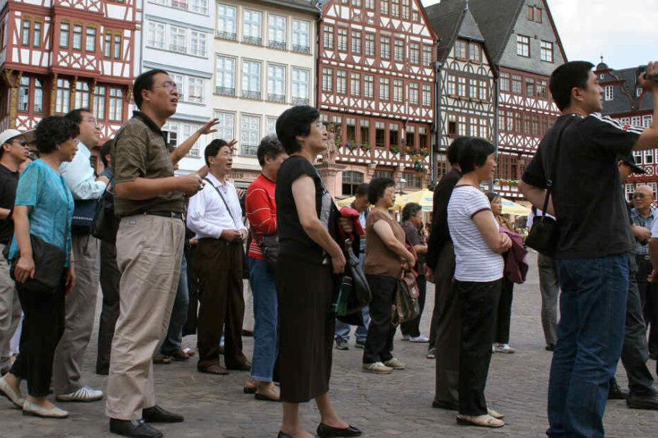Touristen auf dem Römerberg – sie wären von der Tourismusabgabe direkt betroffen (Archivbild).