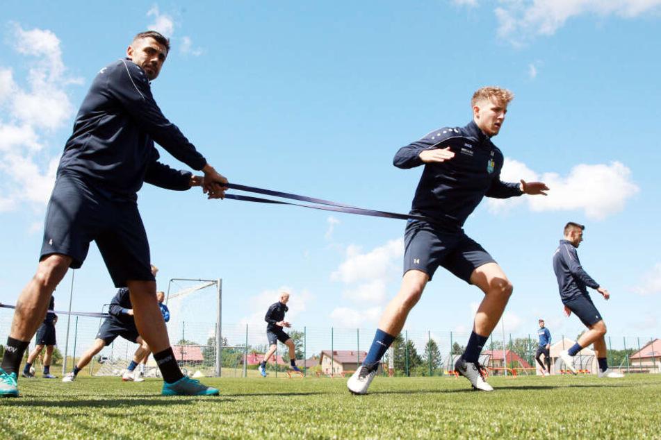 Georgi Sarmov (l.) während des Training mit Tim Campulka bei einer Fitness-Übung.