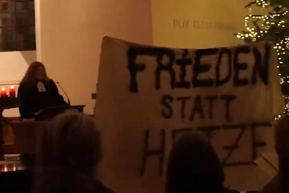 """Die """"Friedensperformance gegen Islamfeindlichkeit, Rassismus und Hass"""" während des Gottesdienstes in Kleinhüningen."""
