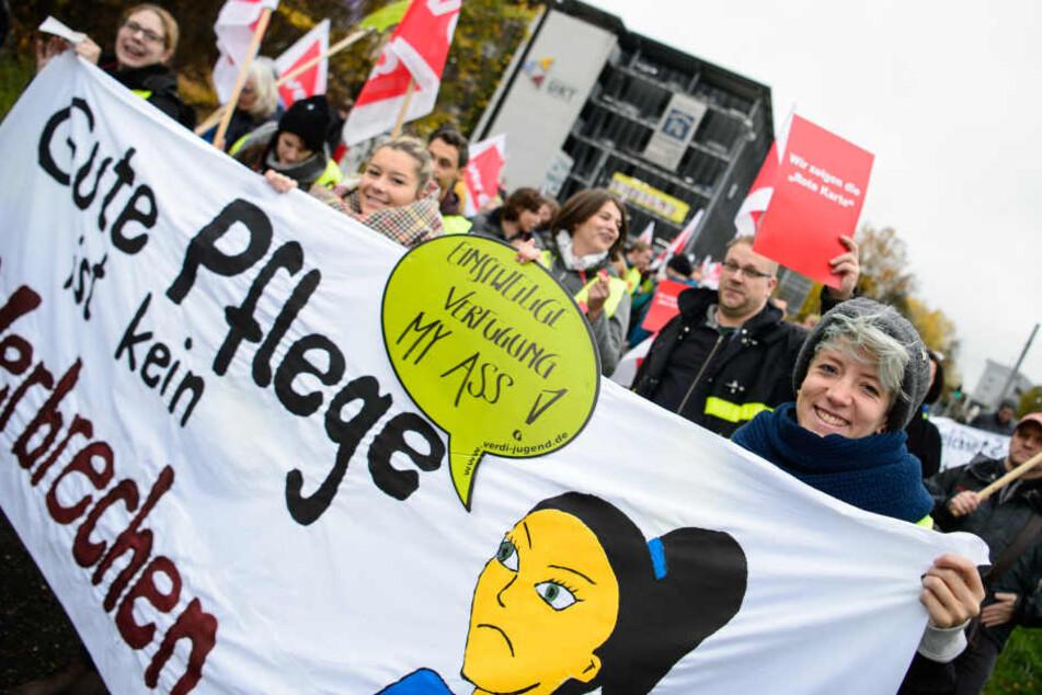 Pflegekräfte der Uni Tübingen kritisieren die Personalnot der Pflege.