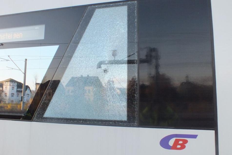Wurf-Attacke auf Citybahn! Scheibe zerstört