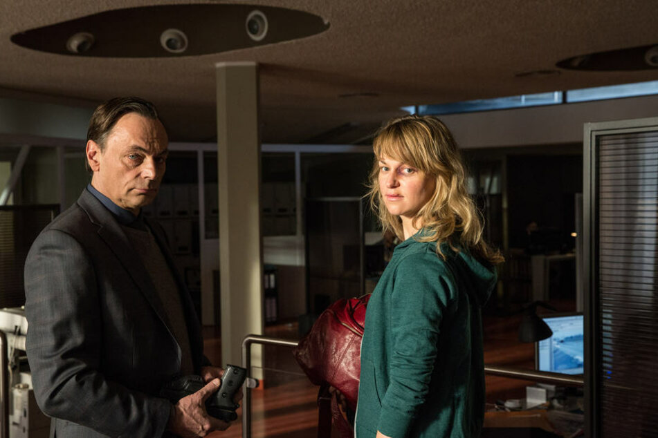 Kommissarin Heller (Lisa Wagner, r.) ist am Ende ihrer Kräfte. Ihr Chef Hinnrichs (Peter Benedict, l.) macht sich berechtigte Sorgen.