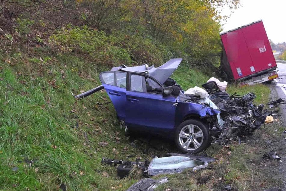 22-Jähriger kracht mit BMW in Laster und stirbt: Beifahrerin schwer verletzt