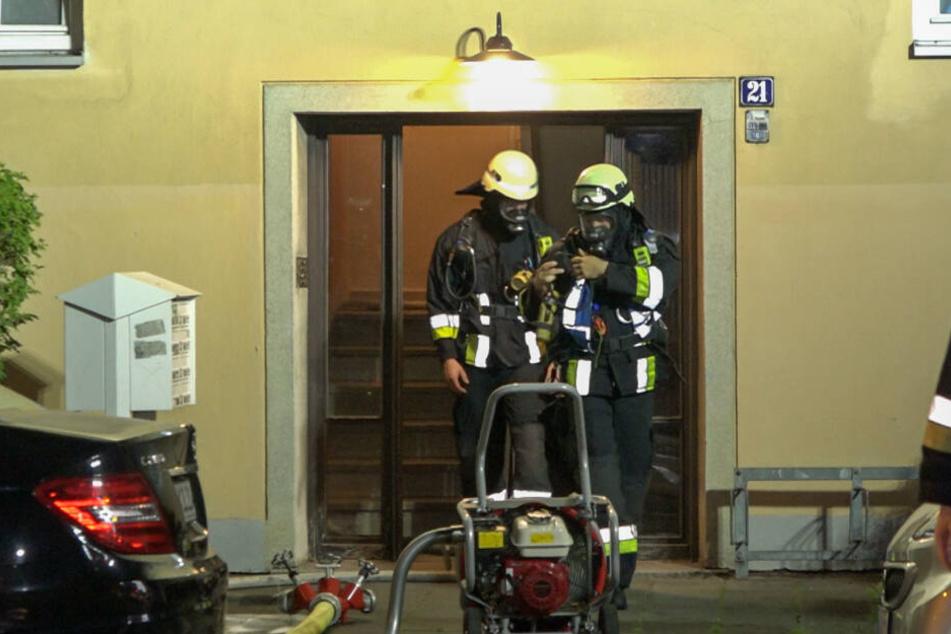 Laut der Feuerwehr ist die Wohnung nicht mehr bewohnbar sie wurde durch die Flammen völlig zerstört.
